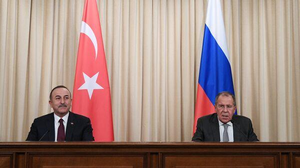 Министр иностранных дел РФ Сергей Лавров и министр иностранных дел Турции Мевлют Чавушоглу во время пресс-конференции. 13 января 2020