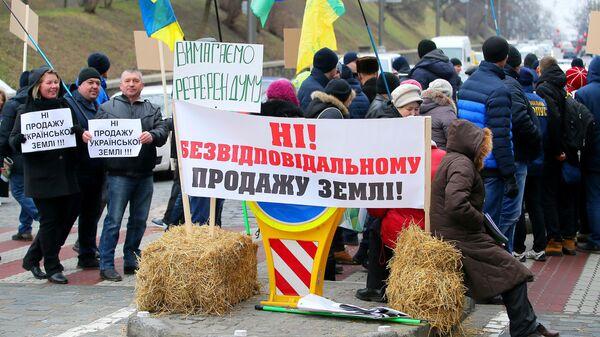 Участники митинга против законопроекта о продаже сельскохозяйственных земель перекрыли дорогу ведущую к Верховной Раде Украины в Киеве