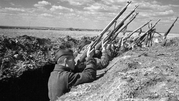 Советские воины ведут огонь из винтовок по вражескому самолету. Курская дуга