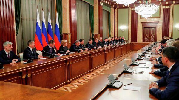 Президент РФ Владимир Путин и председатель правительства РФ Дмитрий Медведев во время встречи с членами правительства РФ