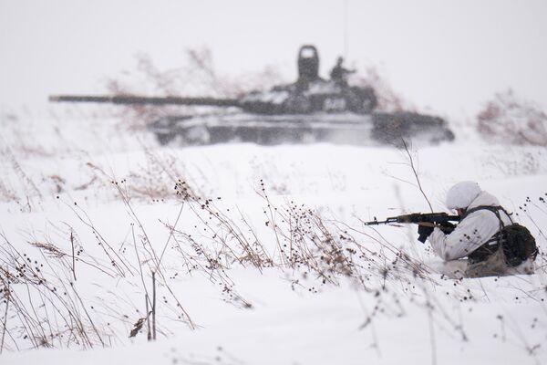 Боевая стрельба в рамках занятий по лыжной подготовке с военнослужащими мотострелкового соединения в Кемеровской области