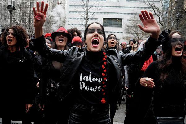 Протесты перед зданием суда на Манхэттене во время вынесения приговора Харви Вайнштейну