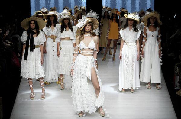 Модели во время показа весенне-летней коллекции Atenas дизайнера Рейны Диас в Мексике. 15 января 2020 года