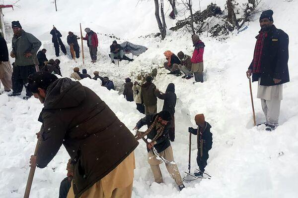 Местные жители ищут пострадавших при сходе снежной лавины в Кашмире