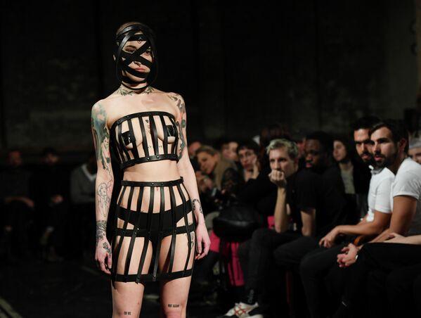 Модель представляет коллекцию дизайн-студии Obectra на Неделе моды в Берлине, Германия