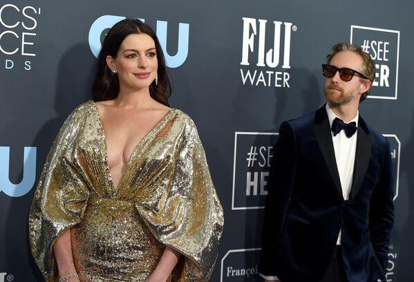 Американская актриса Энн Хэтэуэй и Адам Шульман  на 25й ежегодной премии Critics' Choice Awards в Санта-Монике, Калифорния