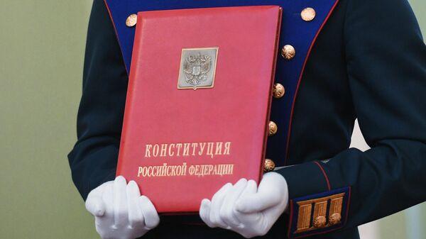 Солдат Президентского полка со специальным экземпляром Конституции РФ