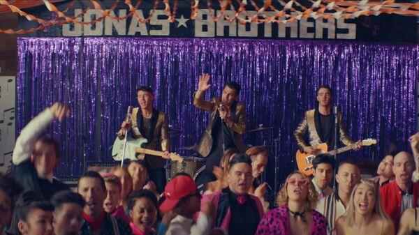 Кадр из видео What A Man Gotta Do группы Jonas Brothers