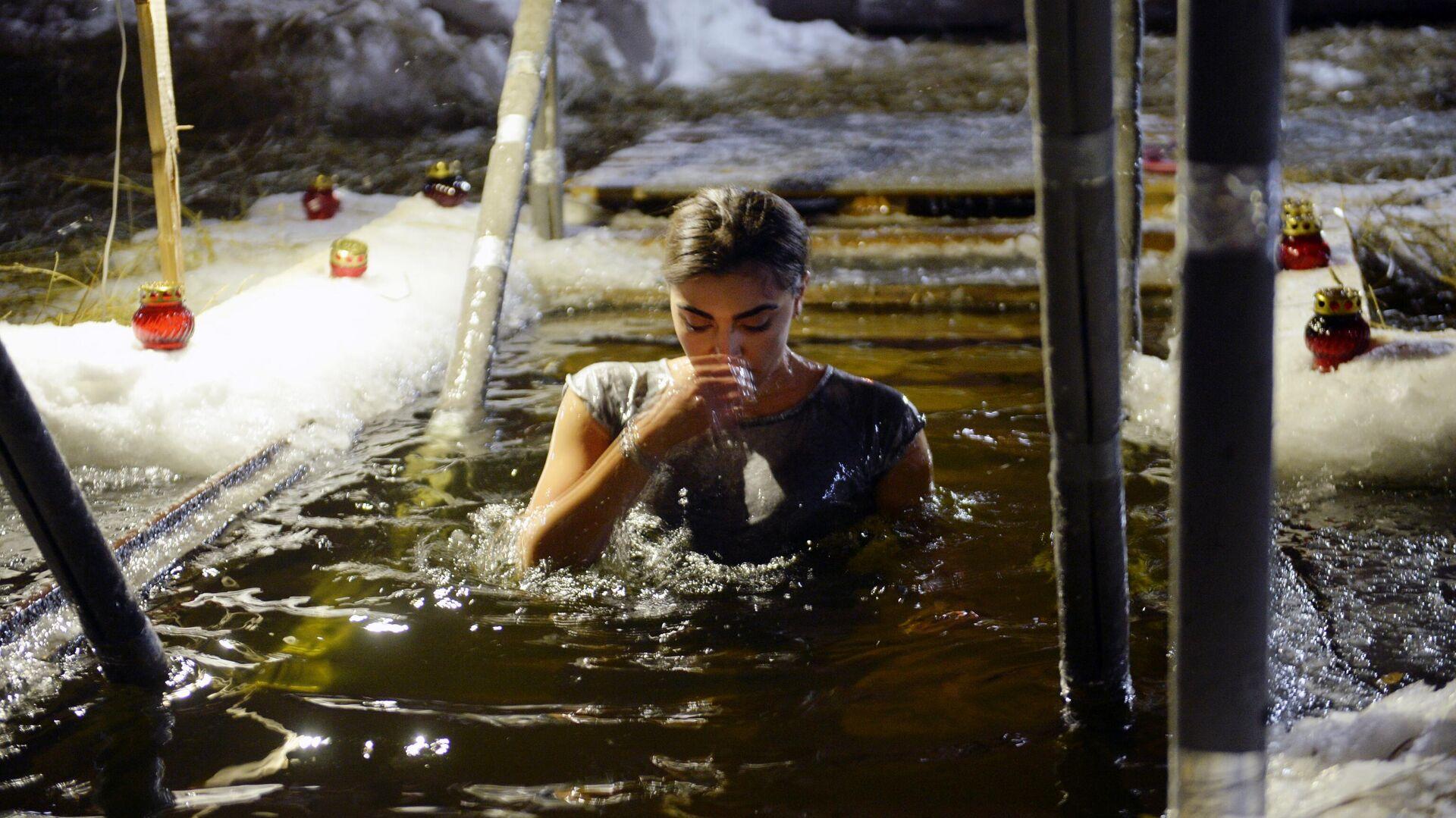 Женщина во время крещенских купаний на Верх-Исетском пруду в Екатеринбурге - РИА Новости, 1920, 15.01.2021