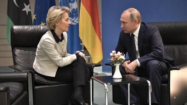 Президент РФ Владимир Путин и председатель Европейской комиссии Урсула фон дер Ляйен во время встречи на полях Международной конференции по Ливии в Берлине