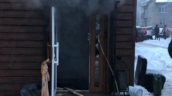 На месте прорыва трубы отопления в хостеле в Перми