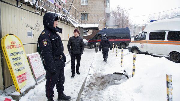Сотрудники правоохранительных органов РФ у мини-отеля Карамель в Перми, в котором в результате прорыва трубы с кипятком погибло пять человек