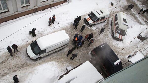 Сотрудники правоохранительных органов РФ и медицинские работники у мини-отеля Карамель в Перми, в котором в результате прорыва трубы с кипятком погибло пять человек