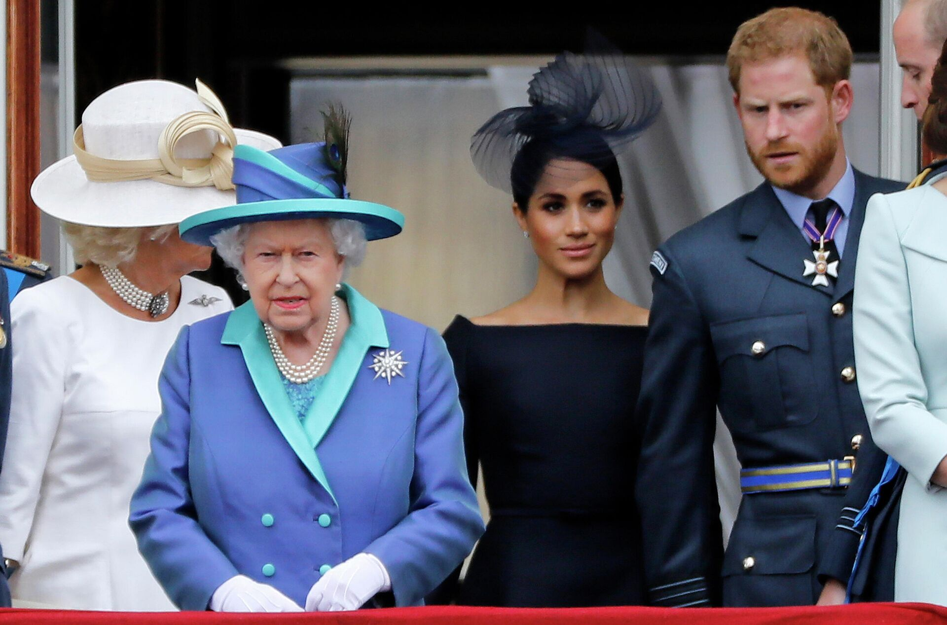 Королева Великобритании Елизавета II и чета Меган Маркл и принц Гарри на балконе Букингемского дворца - РИА Новости, 1920, 10.12.2020