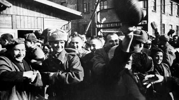 Узники Освенцима в первые минуты после освобождением лагеря Советской Армией