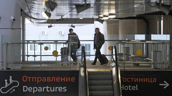 Пассажиры у входа в терминал аэропорта Пулково в Санкт-Петербурге