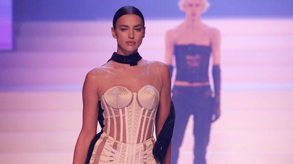 Модель Ирина Шейк на показе Жан-Поля Готье
