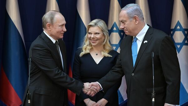 Президент РФ Владимир Путин и премьер-министр Израиля Биньямин Нетаньяху с супругой Сарой во время встречи в резиденции премьер-министра в Тель-Авиве. 23 января 2020