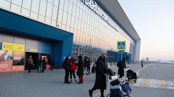 Пассажиры возле здания международного аэропорта Владивостока