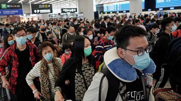 Пассажиры на вокзале в Гонконге
