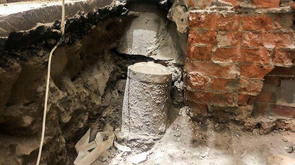 Найденные в Москве чугунные отбойные тумбы с декорированной крышкой, использовавшиеся для того, чтобы проезжающие кареты не повредили стены здания