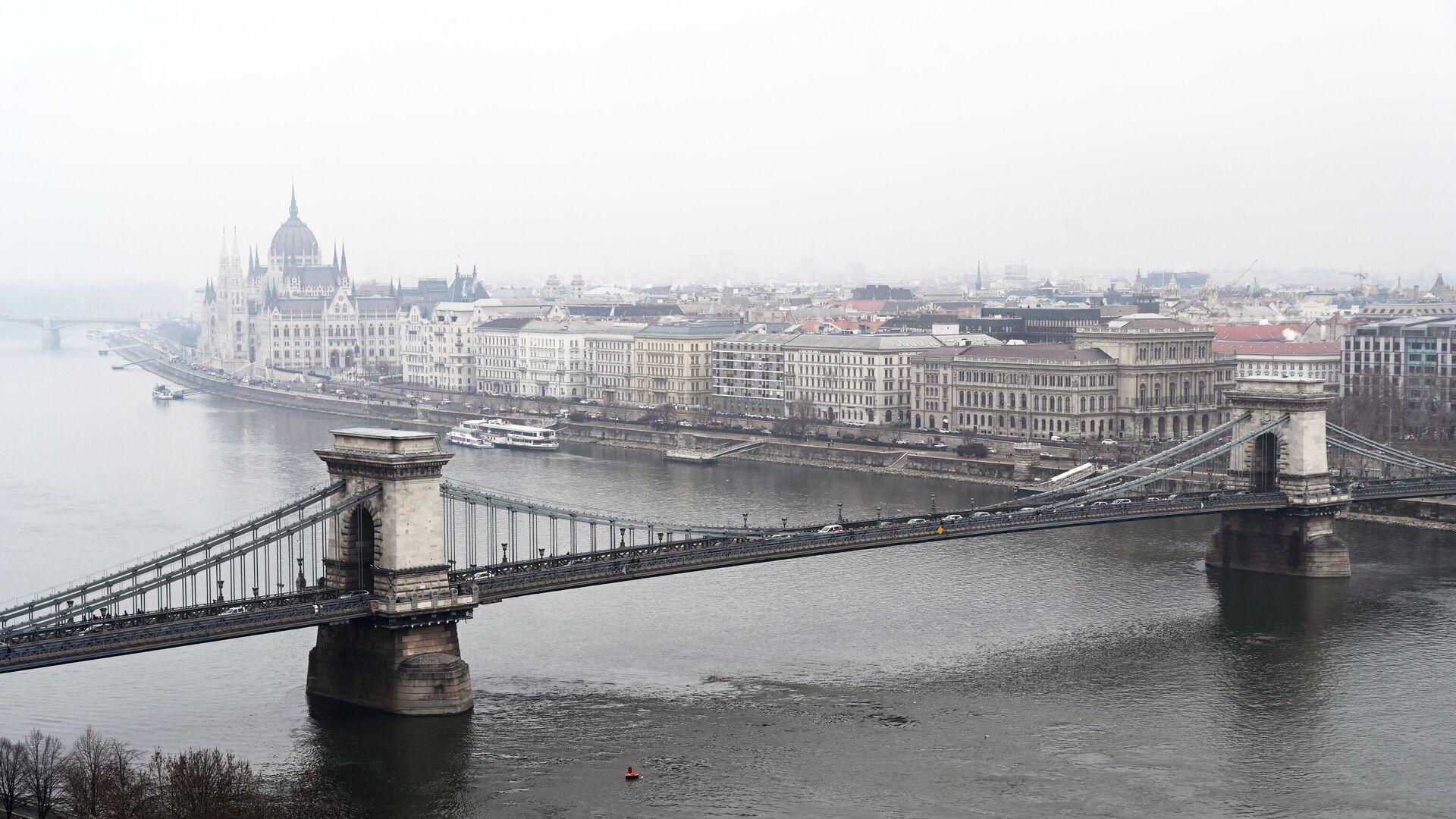 Вид на цепной мост Сечени и восточную часть города Пешт в Будапеште - РИА Новости, 1920, 28.09.2021