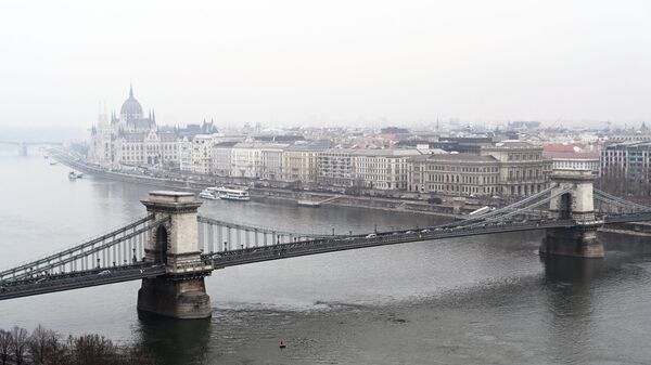 Вид на цепной мост Сечени и восточную часть города Пешт в Будапеште