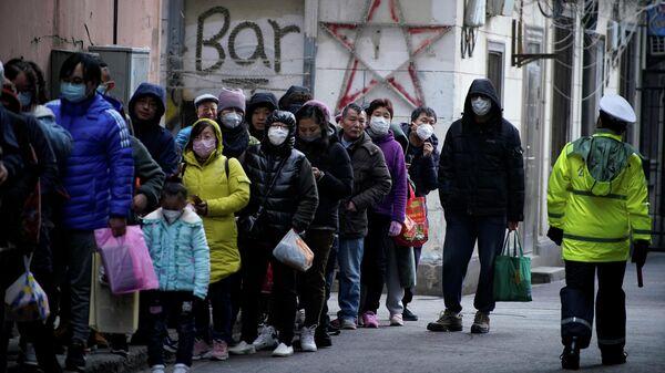 Очередь за медицинскими масками возле аптеки в Шанхае, КНР