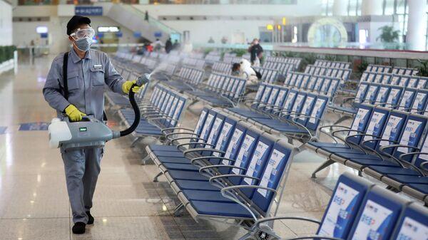 Дезинфекция зала ожидания на вокзале в Нанкине, КНР. 27 января 2020