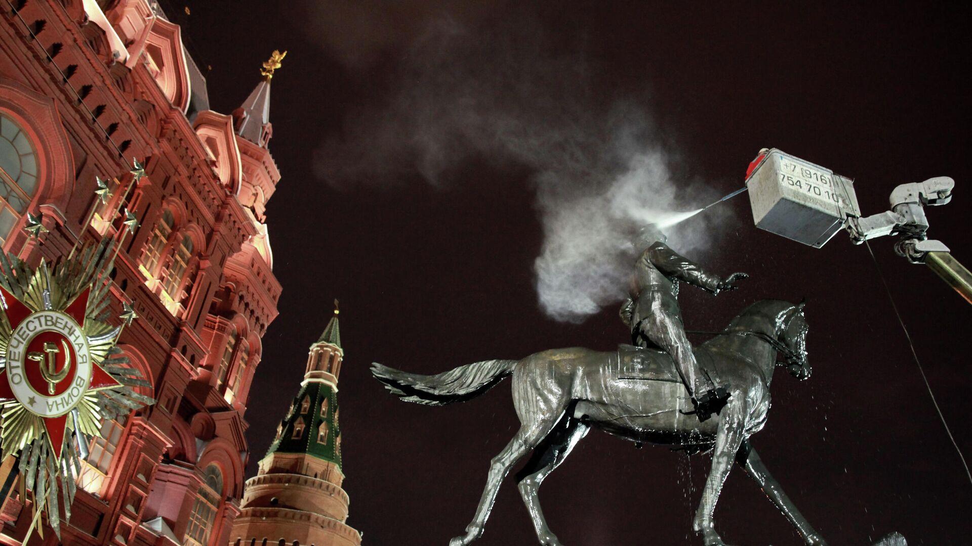 Памятник Г.К.Жукову помыли в Москве - РИА Новости, 1920, 09.04.2021