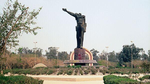 Обезглавленный памятник Саддаму Хусейну в центре Багдада. Архивное фото
