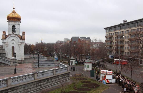 У храма Христа Спасителя в Москве