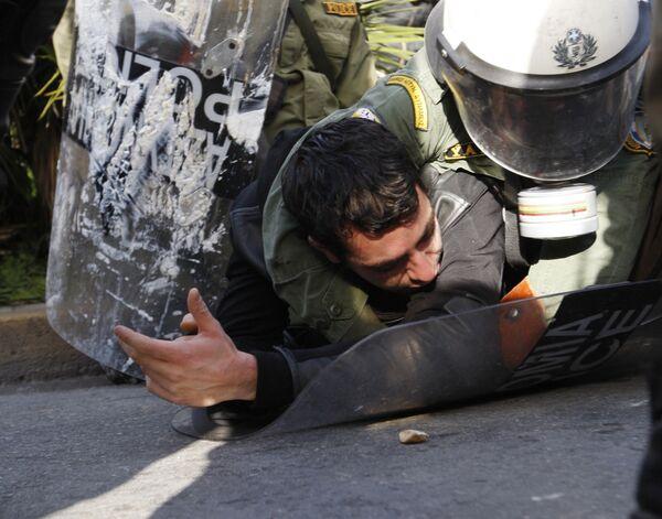 Столкновения демонстрантов с полицией в Греции
