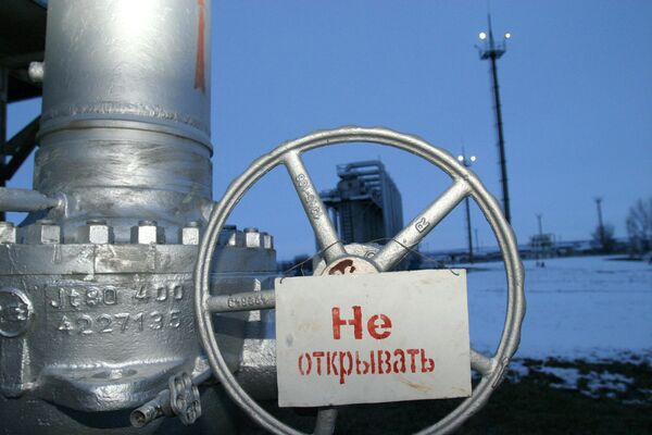 Кран с надписью Не открывать на компрессорной станции