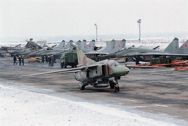 Самолет СУ-24 на лётном поле