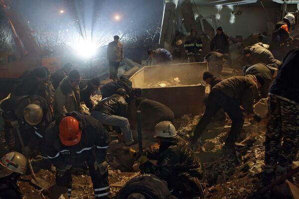 Разбор завалов жилого дома, обрушившегося из-за взрыва. Архив