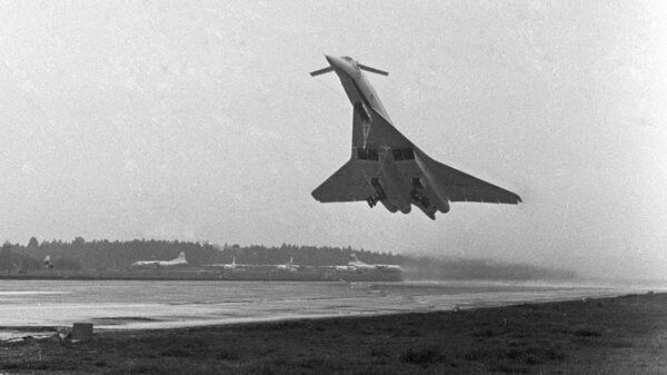 Самолет ТУ-144 в момент взлета