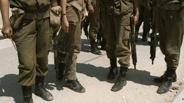 Израильские солдаты с оружием в руках. Архивное фото