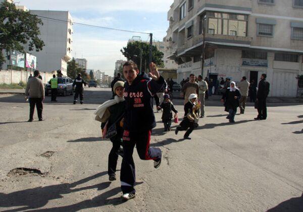 Палестинцы бегут в укрытие во время авиаударов израильских ВВС
