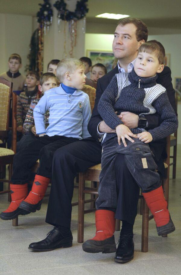 Президент России Дмитрий Медведев во время посещения школы-интерната имени Преподобного Сергия