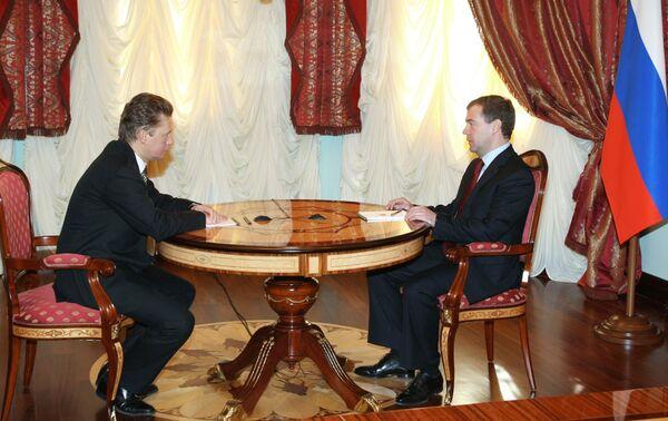 Медведев призвал Миллера не соглашаться на изменение газового договора