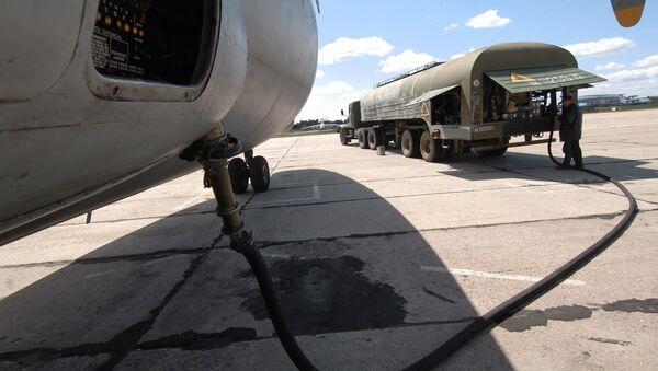 Заправка военно-транспортного самолета