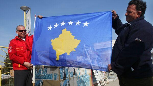 Жители Приштины с новым флагом самопровозглашенной респупблики Косово. Архив