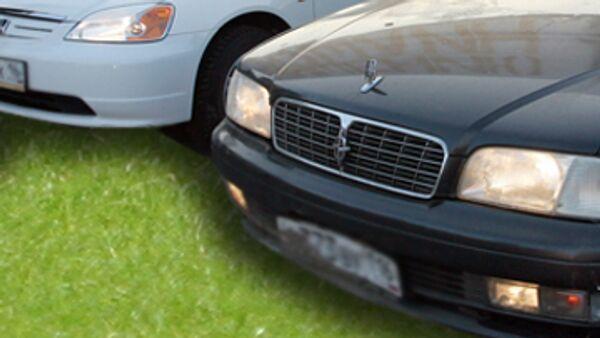Автомобили на газоне. Архивное фото