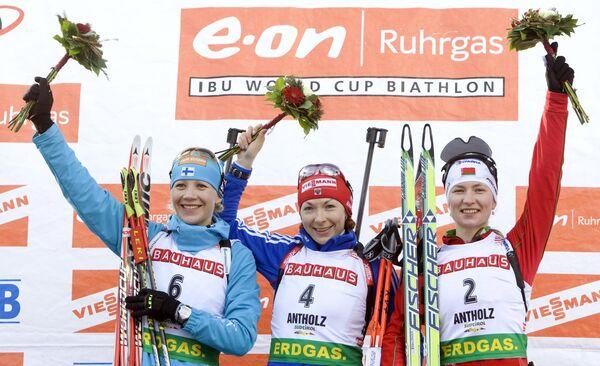 Биатлонистки Кайса Макарайнен, Анна Булыгина и Дарья Домрачева (слева направо)