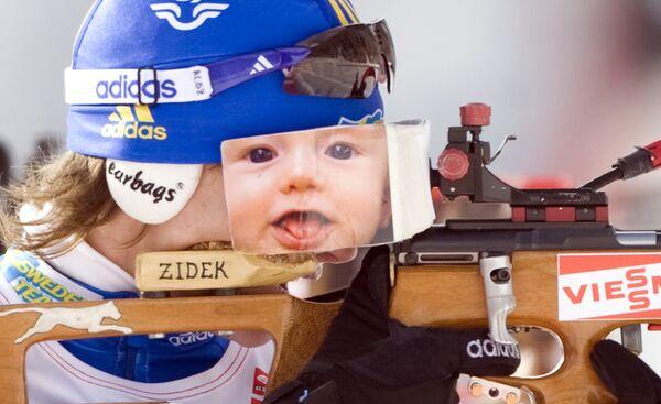 Анна-Карин Олофссон-Зидек на стрельбище во время гонки преследования на шестом этапе Кубка мира по биатлону