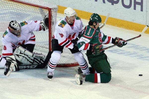 Хоккеисты новокузнецкого Металлурга Максим Соколов (слева) и Алексей Коледаев