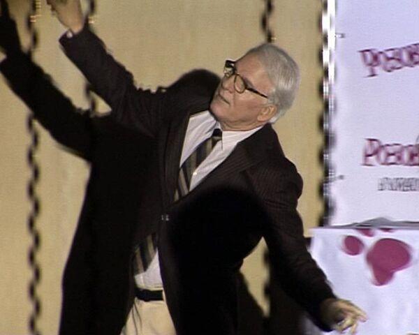 Стив Мартин показал журналистам танец розовой пантеры