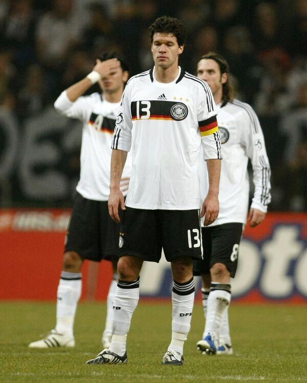Игроки сборной Германии Сердар Таши, Михаэль Баллак и Торстен Фрингс (слева направо) после поражения от норвежцев