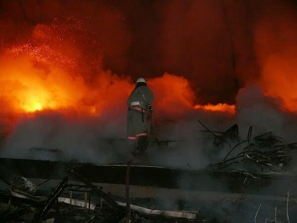 Пожар в здании бывшего общежития в поселке Аксарайский